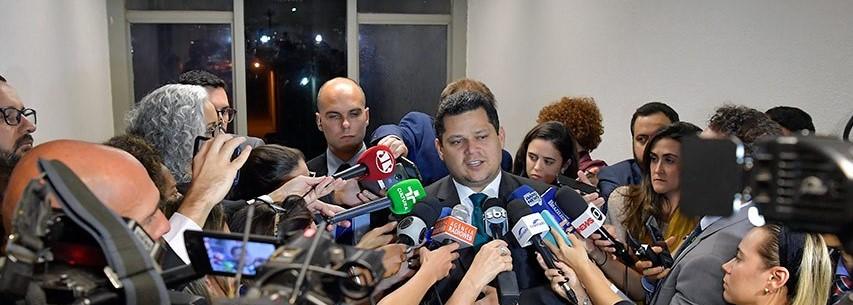 Prioridade para análise de embaixadores é definida com presidente da CRE, diz Davi